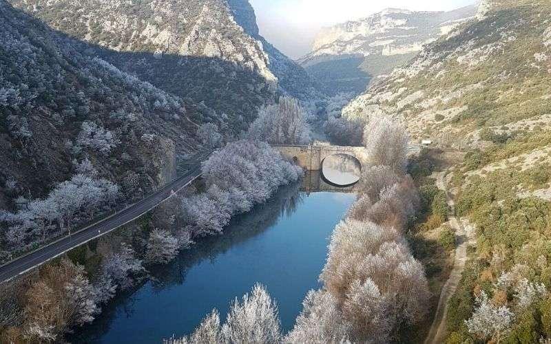 Puente de Valdenoceda en invierno